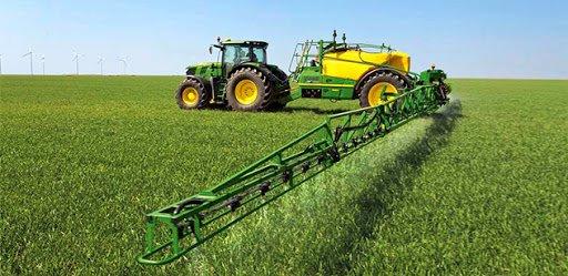 zdjęcie ciągnika rolniczego z opryskiwaczem
