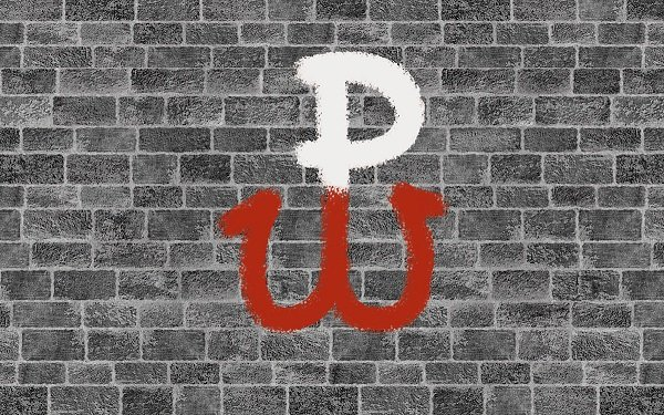 na tle muru z cegieł, znak Polski Walczącej